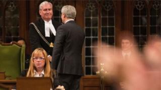 นายเควิน วิกเกอร์ เป็นตำรวจสภาที่สภาผู้แทนราษฎรของแคนาดา ก่อนที่จะได้รับแต่งตั้งเป็นเอกอัครราชทูต