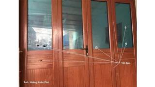Vết đạn loang lổ trên cánh cửa nhà ông Lê Đình Kình