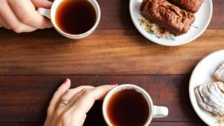 Дві людини п'ють каву