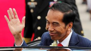 Indonesian President Joko Widodo waves in a visit to the northern Philippines on 12 November 2017
