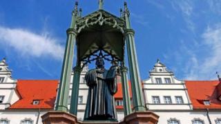 تمثال مارتن لوثر في بلدة فيتنبرغ الألمانية