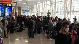在摩洛哥的机场上,大批旅客等候离开。