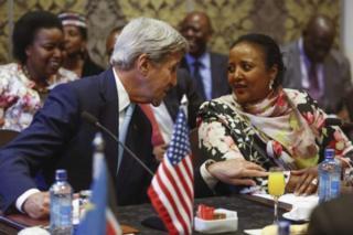 Waziri wa maswala ya kigeni nchini Marekani John Kerry akiwa namwenzake wa Kenya Amina Mohamed