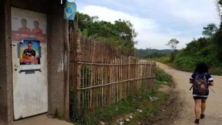Sidinéia andando de sua casa para o ponto de ônibus em Parelheiros, no extremo sul de São Paulo