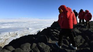 Imagem mostra equipe do centro de pesquisa científica McMurdo, na Antártida