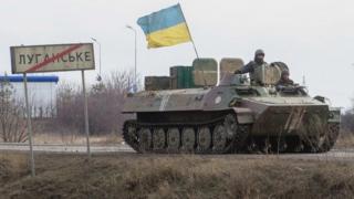 Танк с украинским флагом близ Луганска (арихвное фото - февраль 2015 года)