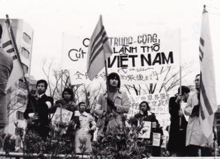 Những năm 1970, nhiều sinh viên Việt Nam được chính phủ Việt Nam Cộng Hòa tài trợ đi du học ở Nhật. Vào tháng 1/1974, sau khi Trung Quốc chiếm lấy quần đảo Hoàng Sa, nhiều sinh viên đã tổ chức một cuộc biểu tình ở Tokyo, Nhật Bản.