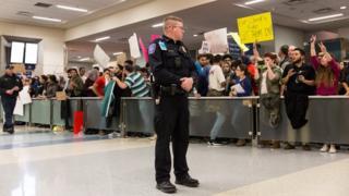 Акция протеста в аэропорту Далласа