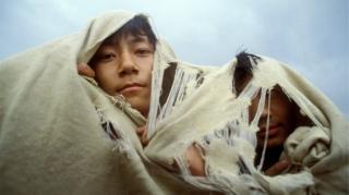 1989년 당시 시위대가 모포를 뒤집어 쓰고 카메라를 응시하고 있다