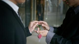 2011年,湖北武汉一对同性恋情侣交换戒指