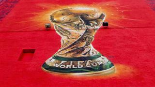 Anuncio con el trofeo de la Copa del Mundo de fútbol