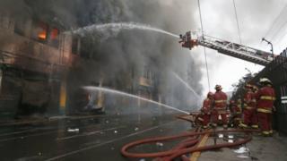 Bomberos apagan el incendio