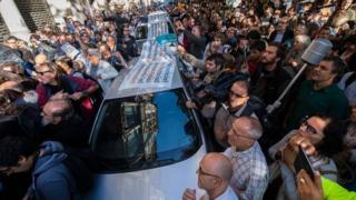 Протестующие окружили полицейский автомобиль во время обысков в министерстве экономики в Барселоне