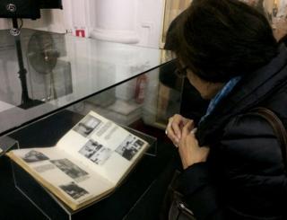 Mujer observa uno de los documentos desclasificados por la Policía de Investigaciones sobre una red de espionaje de la Alemania nazi en Chile. Santiago, el 22 de junio de 2017.