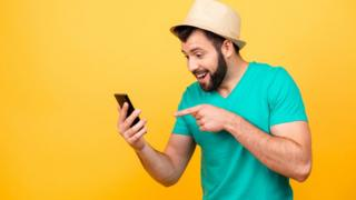 Hombre joven mirando al celular