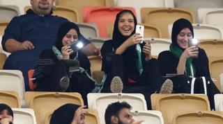 ผู้หญิงซาอุดีอาระเบียชมการแข่งขันฟุตบอลอย่างสนุกสนาน