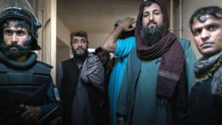 Prisioneros talibanes en la cárcel.
