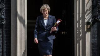 """Тереза Мэй по пути на вторую в ее жизни традиционную сессию """"вопросов премьер-министру"""" в парламенте"""