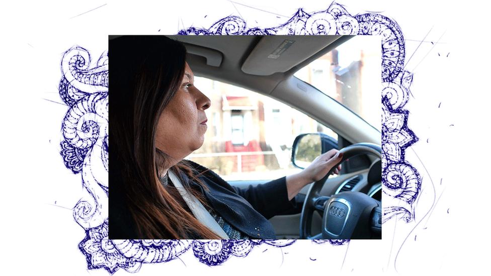 Guadalupe Cruz conduciendo un auto