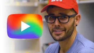 YouTube logo con colores de arco iris
