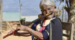 Yaw Shen, yang mendapatkan tato pada usia 15 tahun, menghibur pengunjung dengan memainkan flute hidung, seni yang juga mulai memudar.