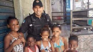Foto do soldado Filipe de Mesquita ao lado de crianças