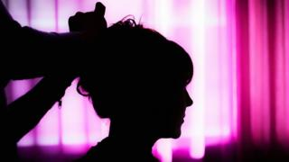 Cliente de salão sendo penteada
