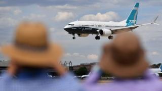 Boeing 737 landing at Farnborough Air Show