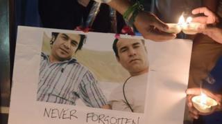 شمع روشن کردن شماری از خبرنگاران پاکستانی به یاد کشته شدن خبرنگاران افغان در کابل