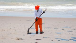 Quem pode ser responsabilizado pelo vazamento de petróleo nas praias do Nordeste?