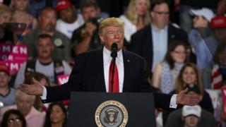 ประธานาธิบดีโดนัลด์ ทรัมป์ ของสหรัฐฯ กล่าวปราศรัยต่อกลุ่มผู้สนับสนุนที่รัฐเพนซิลเวเนีย ในโอกาสครบรอบ 100 วัน หลังนั่งตำแหน่งผู้นำประเทศ