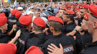Поліція протистолїть протестувальникам