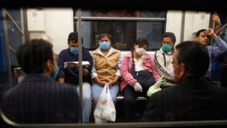 Gente con tapabocas durante la gripe H1N1 en Ciudad de México.