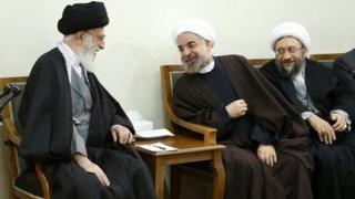 از راست صادق لاریجانی، حسن روحانی و آیت الله علی خامنهای