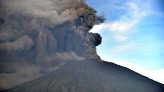 กลุ่มควันและเถ้าถ่านจำนวนมากปะทุจากภูเขาไฟอากุง