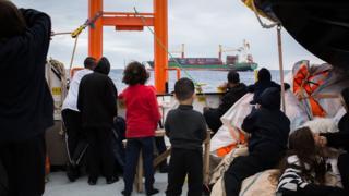 مجموعة من المهاجرين على متن أكواريوس بعد إنقاذهم من الغرق