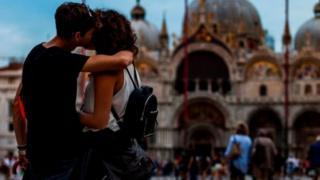 couple dey kiss