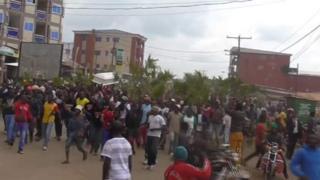Les forces de sécurité ont tiré des gaz lacrymogènes et des balles réelles contre des manifestants anti-gouvernementaux, qui accusent les autorités de marginaliser les régions anglophones.