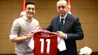 مسعود أوزيل يهدي قميصه لأردوغان