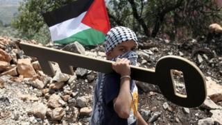 Palestinian boy holds symbolic key in Kfar Qaddum (11/05/18)