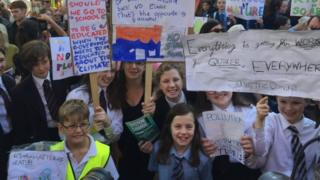 Children-protesting-in-belfast