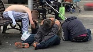 सोशल मीडिया पर फैल रही है नशे में धुत तीन युवकों की ये तस्वीर