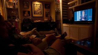 استرخاء عائلة أمام التلفزيون