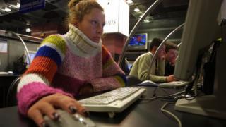 perempuan di komputer