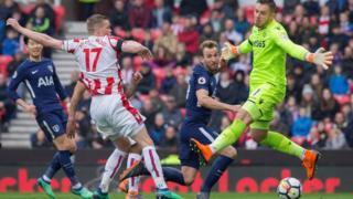 Le gardien de Stoke City mis en difficulté par les attaquants de Tottenham.