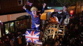 عروسکهای جیکوب ریسماگ و بوریس جانسون در مراسم سالانه 'شب آتشبازی' در جنوب شرق بریتانیا