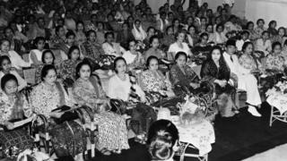 Presiden Soekarno menghadiri peringatan Hari Kartini di Istana Negara di tengah anggota organisasi gerakan perempuan pada 1953.