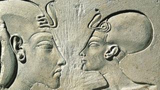 Akenatón, también conocido como Neferjeperura Amenhotep, Ajenatón, Akhenatón, Amenhotep IV o Amenofis IV y su esposa Nefertiti.