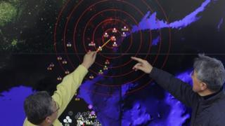 South Korea meteorologists point out the location of the quake in North Korea (6 Jan 2015)
