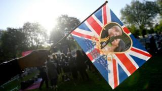 Bandera con foto de Harry y Meghan.